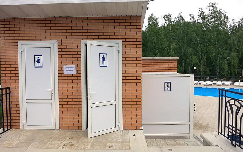 Туалет и душевая комната на пляже бассейне в Улыбке Старый Оскол