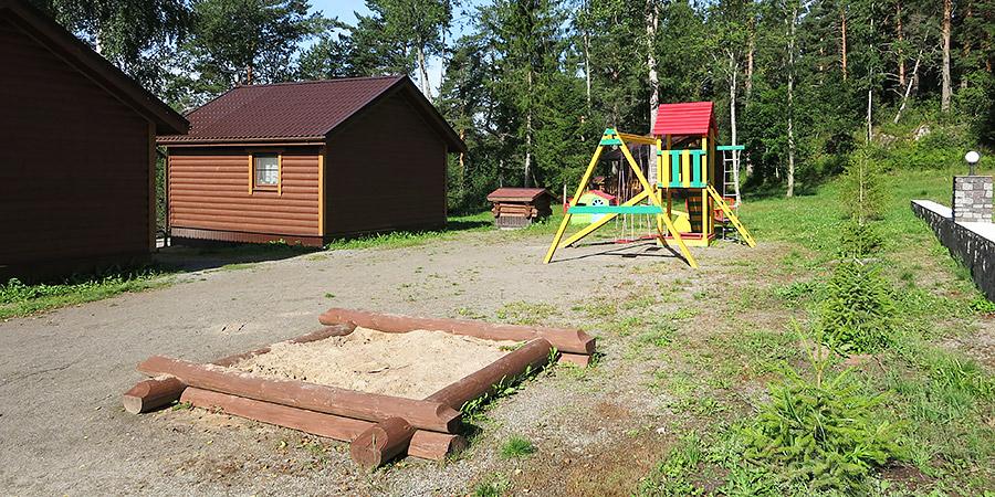 Детская площадка с песочницей и городком