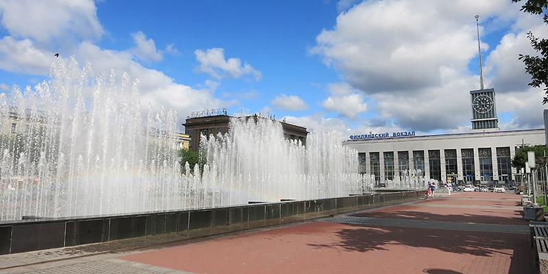 Фонтаны на площади Ленина рядом с Финляндским вокзалом Санкт-Петербурга