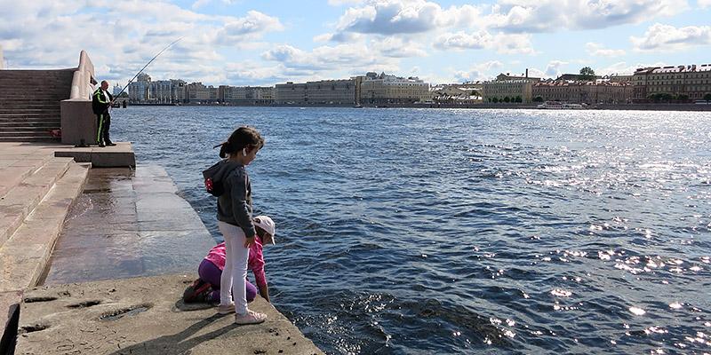 Погулять по Арсенальной набережной в Санкт-Петербурге