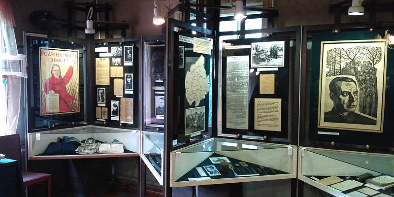 Фото документы, предметы военной униформы, плакаты с приказами и угрозами населению, партизанские листовки.