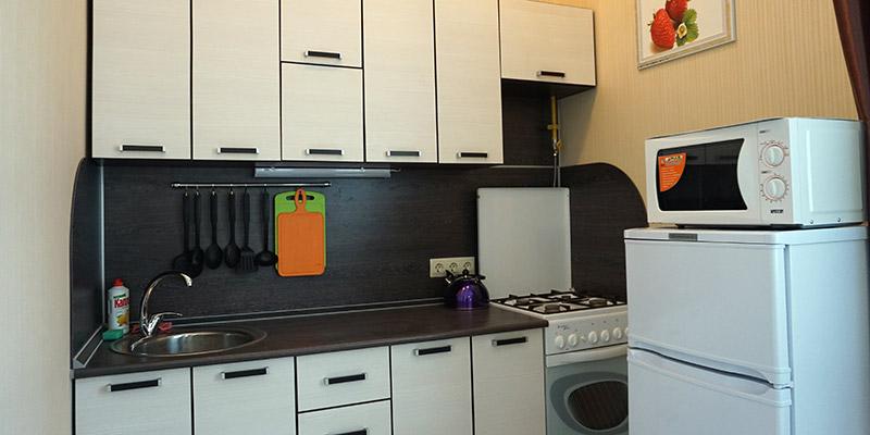 Кухня, оборудованная всем необходимым, с полным комплектом посуды