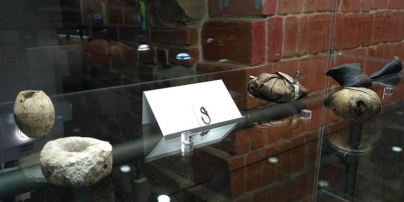 Находки из раскопок на Манежной площади (крючок рыболовный)