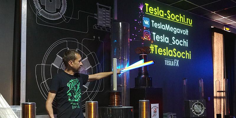 Тесла-Ёлка с иголками из плазмы