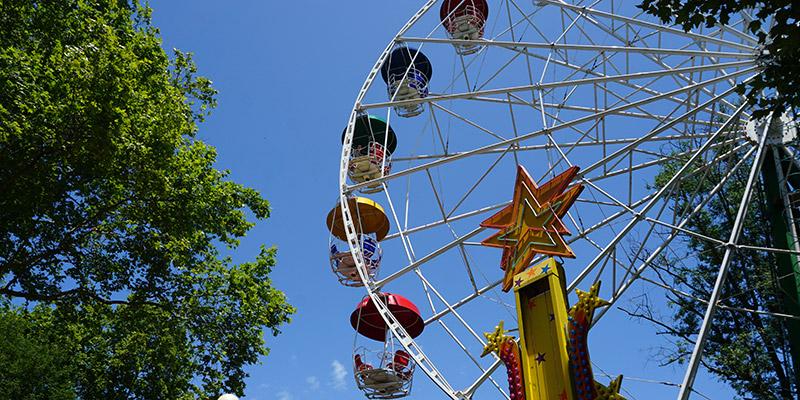 Колесо обозрения в парке Ривьера в Сочи