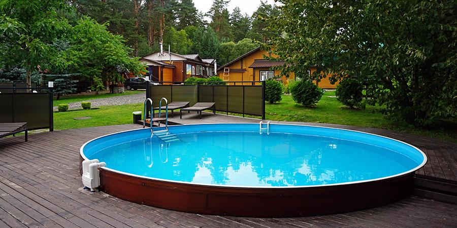 Летний открытый бассейн рядом с баней