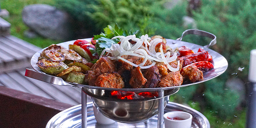 Мясо овощи и зелень в садже сковороде