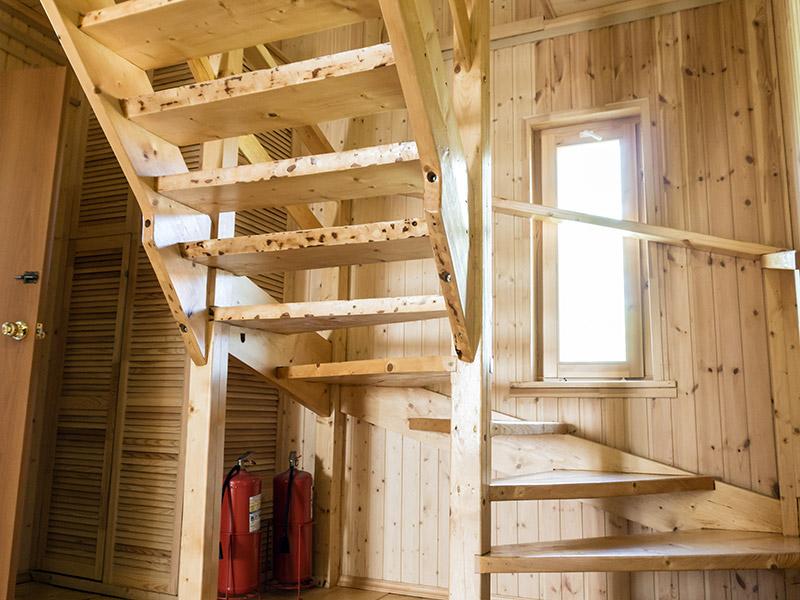 Лестница на второй этаж коттеджа
