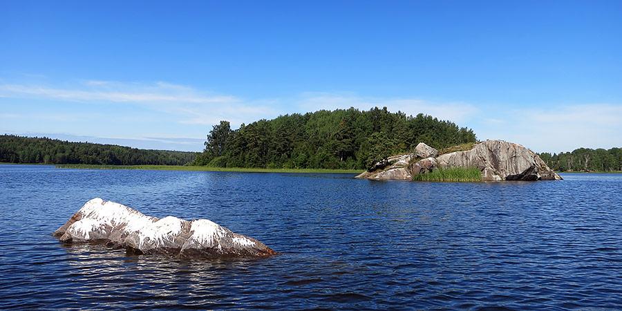 Остров рядом с Улвио и Аккасаари в заливе Улансканселья Ладожского озера