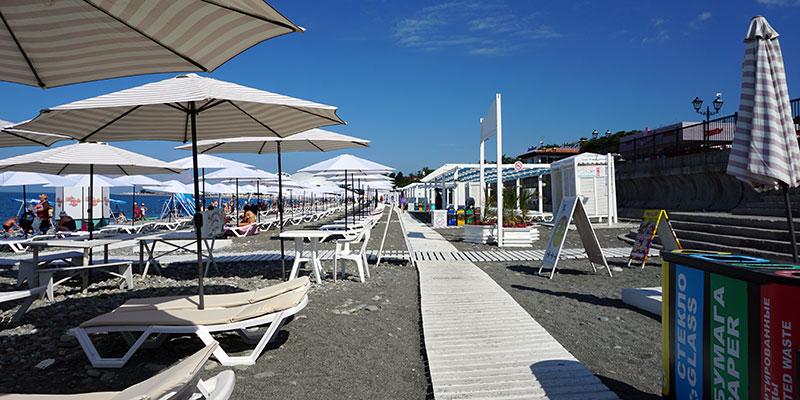 Бесплатный чистый галечный пляж в Адлере