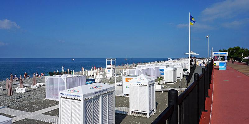 Душевые кабинки и туалеты на пляже в Адлере