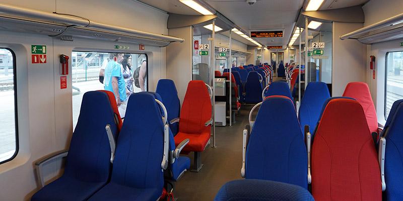 Просторный и комфортабельный вагон электрички Ласточка в Сочи