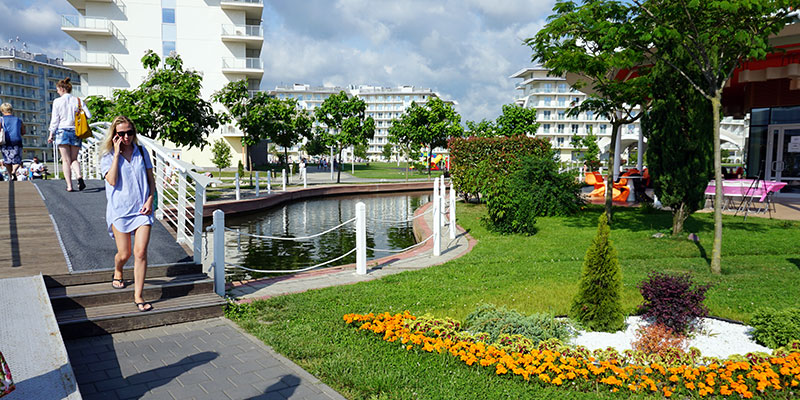 Территория Сочи Парк Отеля с аллеями и искуственными водоемами