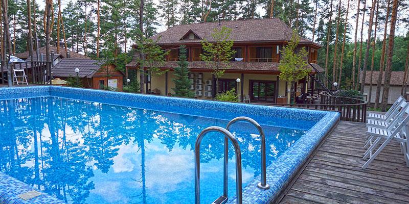 Открытый бассейн на территории отеля