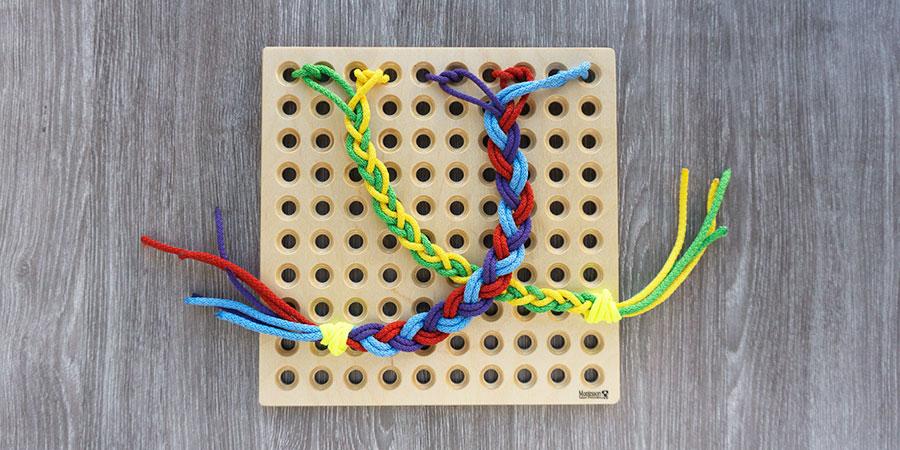 Плетение косичек из веревок и завязывание резинки