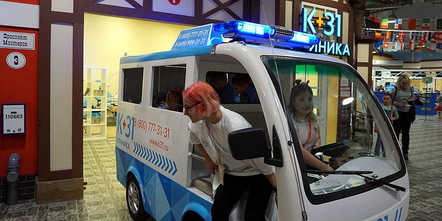 Машина скорой помощи спешит на вызов