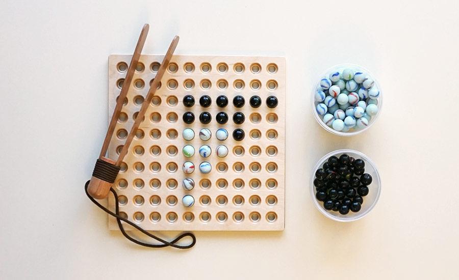 12.Выкладывание бусин на доске с помощью большого деревянного пинцета