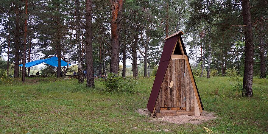 Туалет в палаточном городке. Национальный парк Угра.