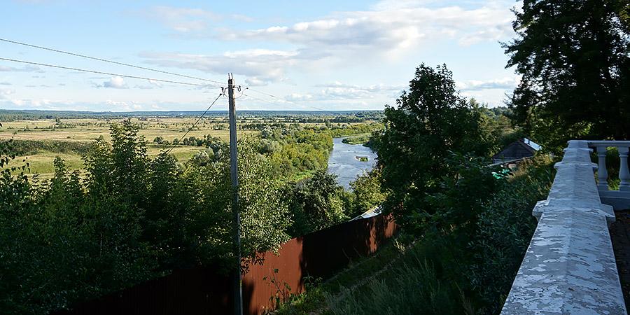Вид на реку Жиздру со смотровой площадки в Городском парке Козельска