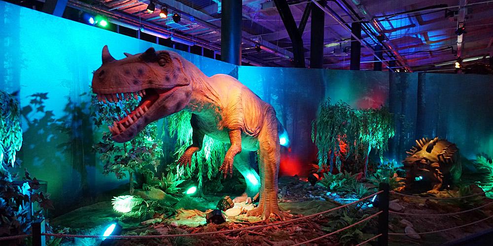 Цератозавр и анкилозавр