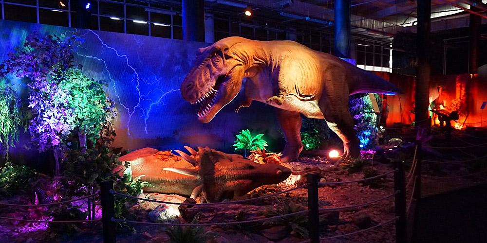 Динозавры тираннозавр и стиракозавр в Диноклубе Сочи