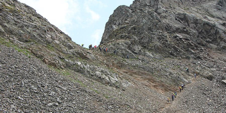 Спуск с перевала Иркиз к Софийским озерам Архыза