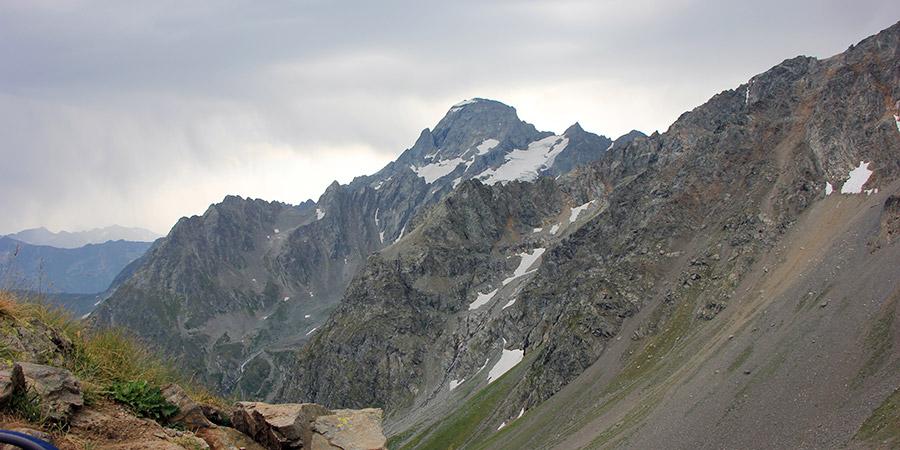 Вид с вершины Мингекёльбаши на Софийские озера и гору София