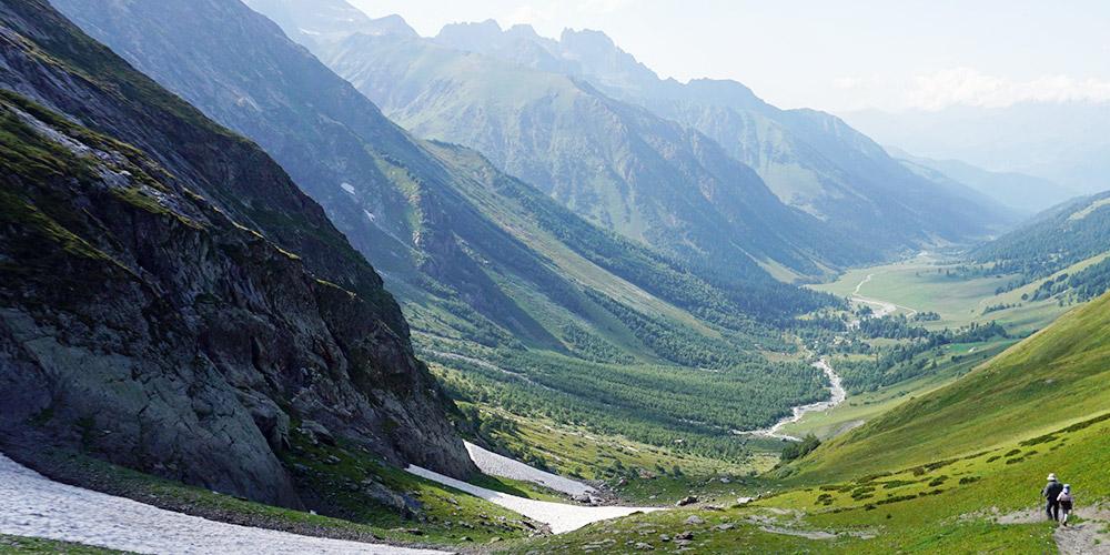 Спуск с перевала Софийское седло в Софийскую долину