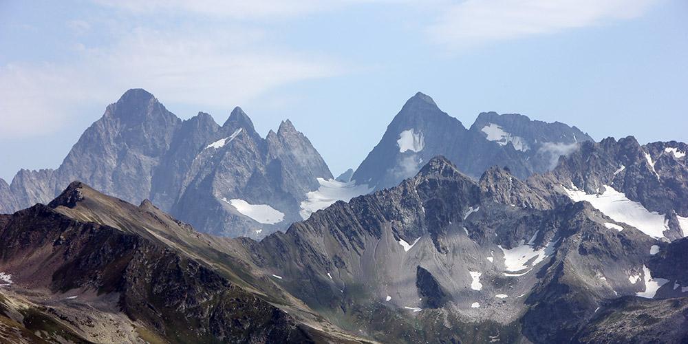 Вершины Главного Кавказского хребта Каракая слева и Марух Баши справа
