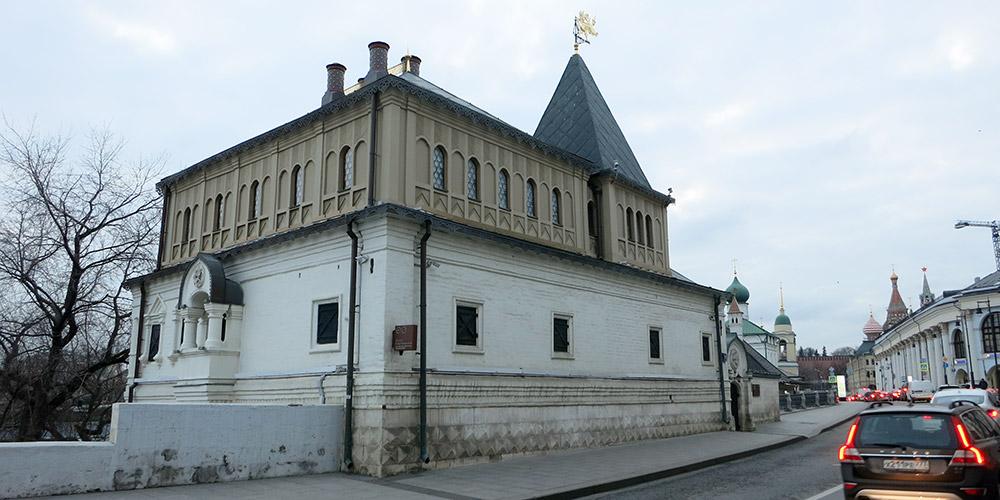 Вид на музей Палаты бояр Романовых со стороны Варварки