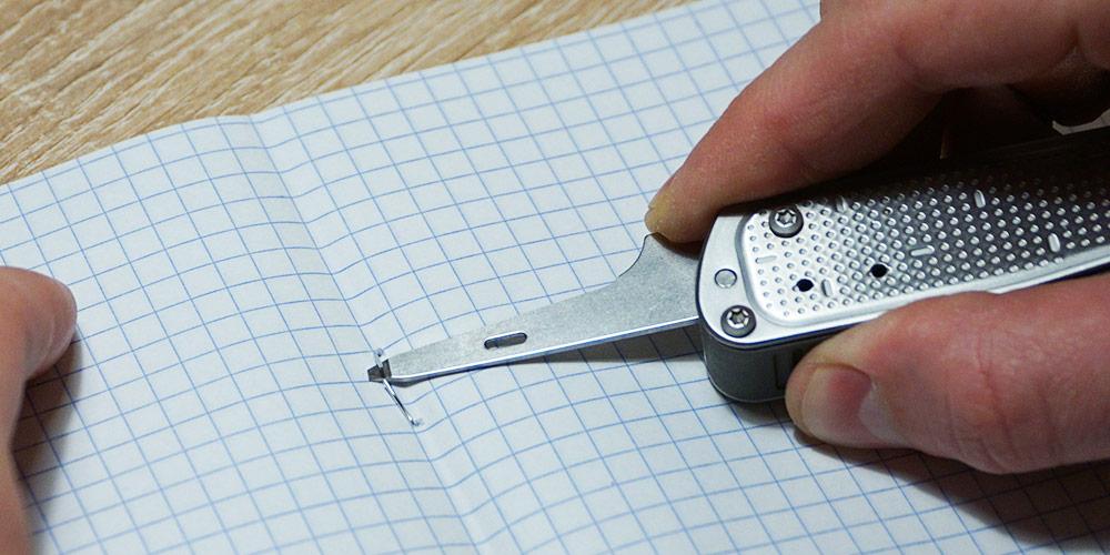 Малая плоская отвертка для снятия канцелярских скоб
