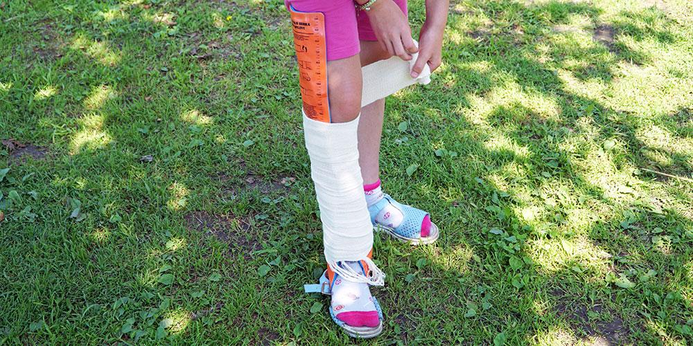 Наложение шины и иммобилизация ноги при вывихе или смещении