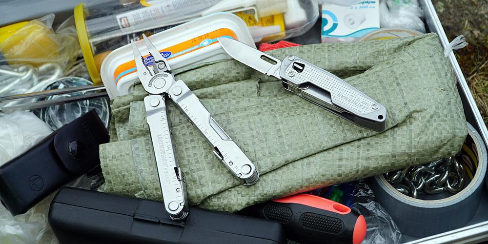 Нож и мультитул в наборе инструментов ремкомплекта туриста