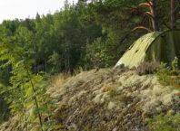 Палатка на скале в Карелии на острове Лауватсаари