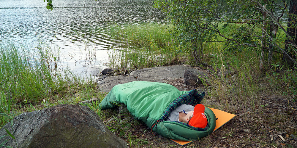 Послеобеденный отдых в спальнике на берегу Ладожского озера