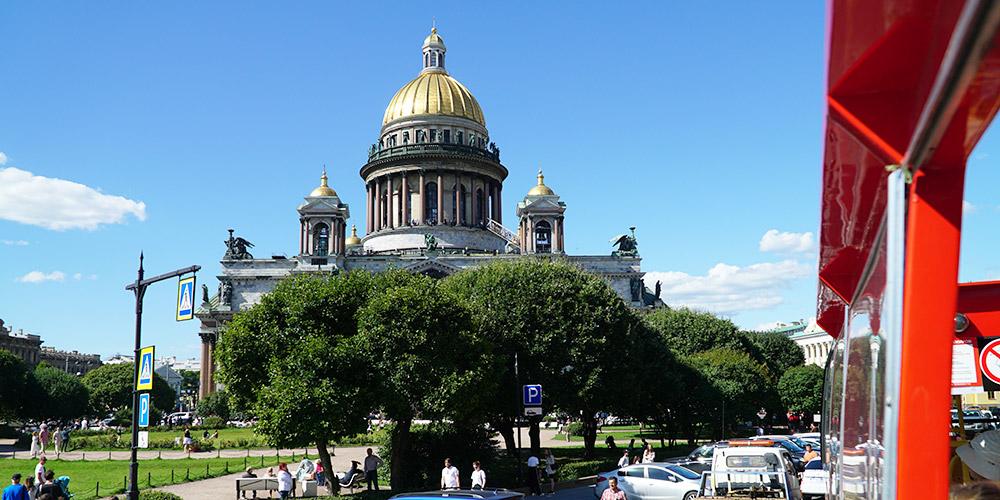 Экскурсионные автобусные маршруты начинаются от Исаакиевского собора