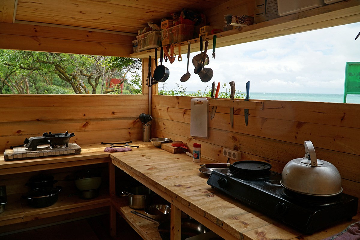Общая кухня на территории глэмпинга