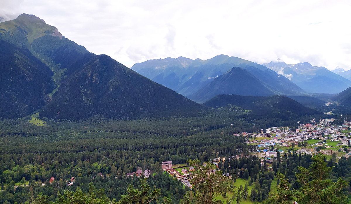 Вид на село Архыз со скалы Карча-Тёбе