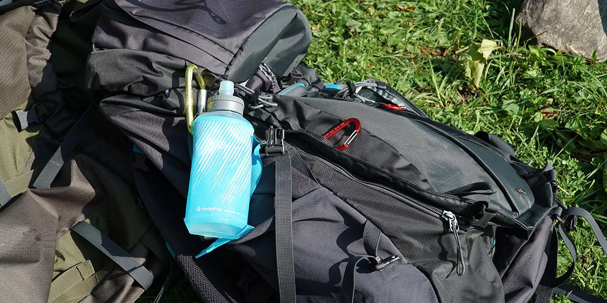 Бутылка HydraPak на карабине к рюкзаку