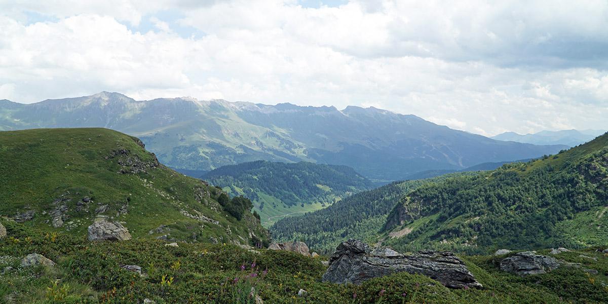 Вид на хребет Абишира-Ахуба и перевал Федосеева