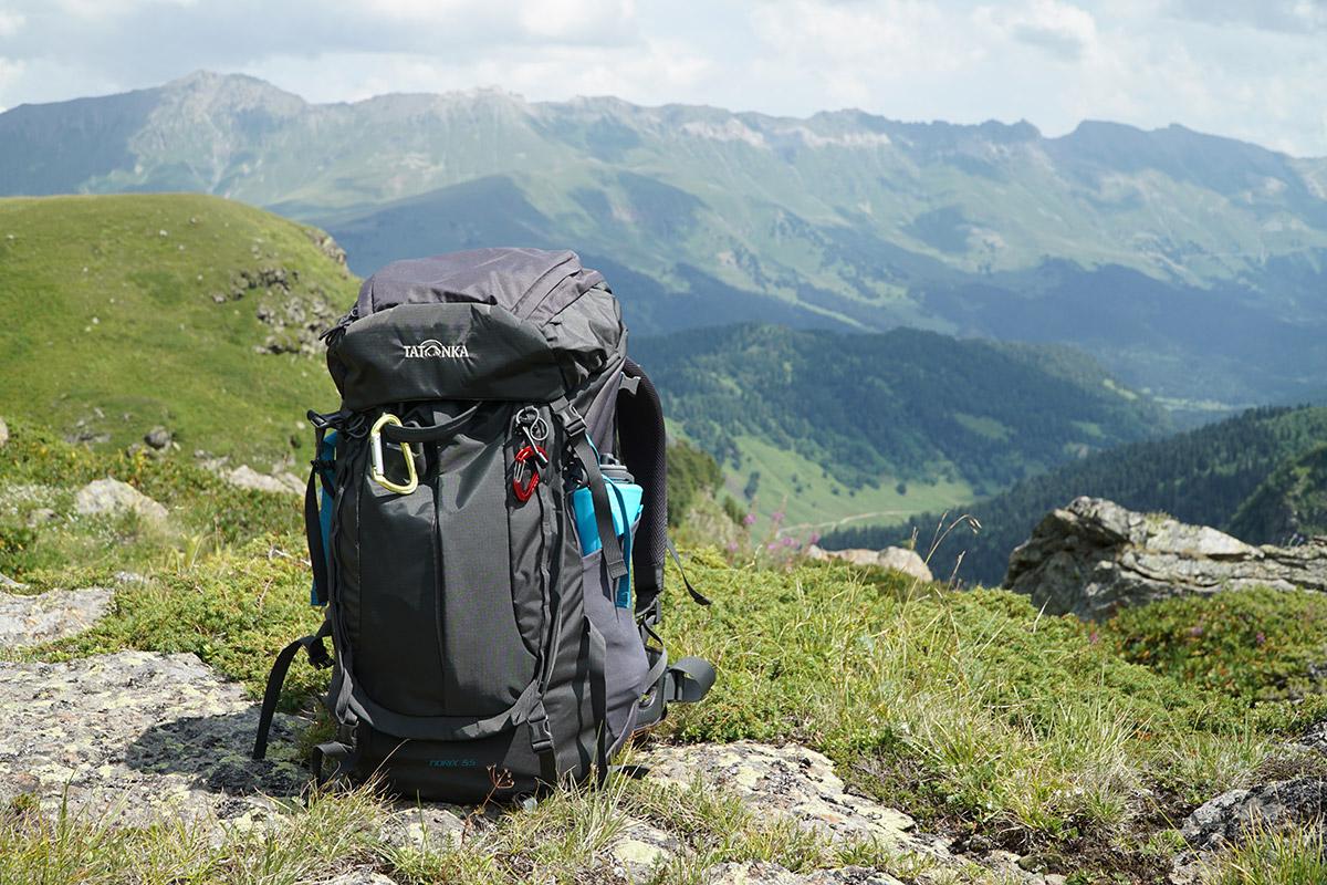 Рюкзак Tatonka и вид на хребет Абишира-Ахуба