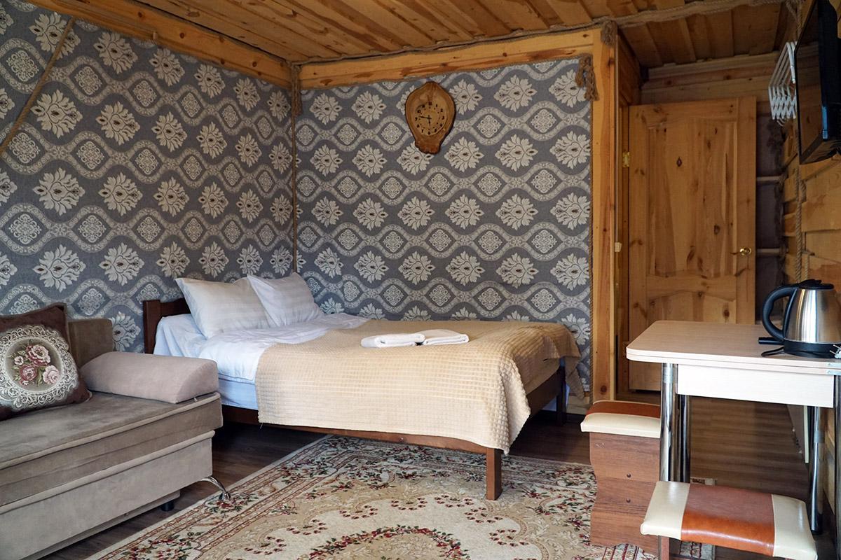 Спальные места в домике большая кровать и раскладной диван