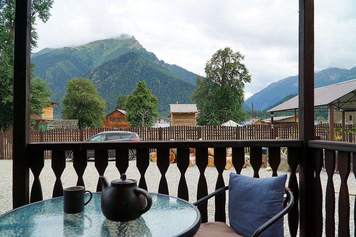 Вид с террасы на горы вокруг